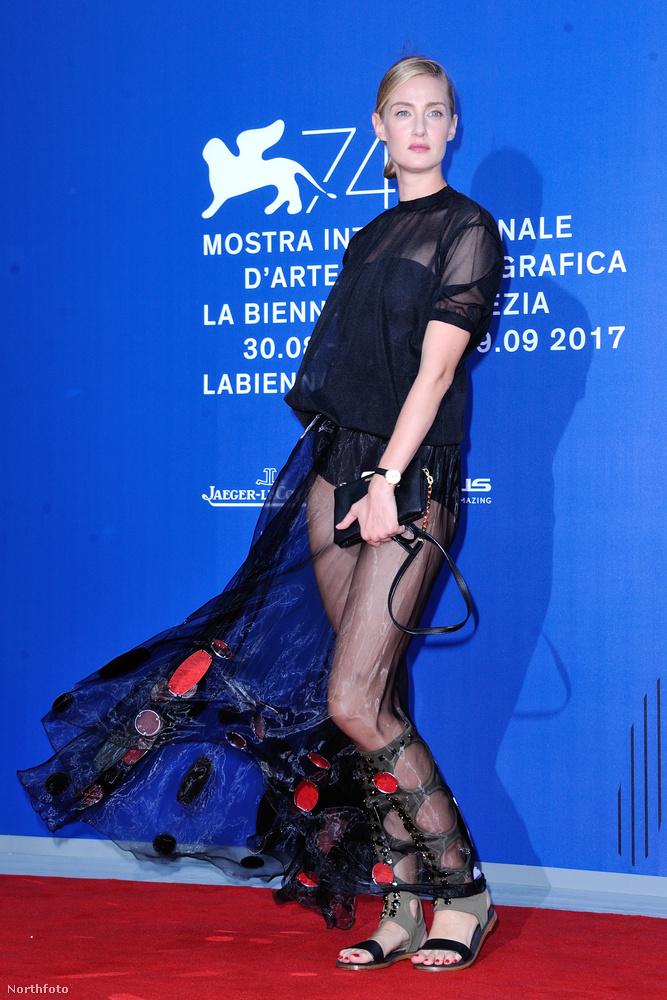 Eva Riccobono modell pisilnemkell-pózával búcsúzunk az ázó-fázó filmfesztivál-látogatóktól, viszlát!
