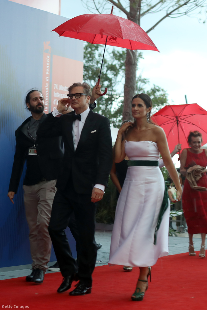 Colin Firth és felesége, Livia Firth nem szenvedték meg annyira a dolgot, mivel egyikük sem valamilyen merészre szabott ruhában érkezett.