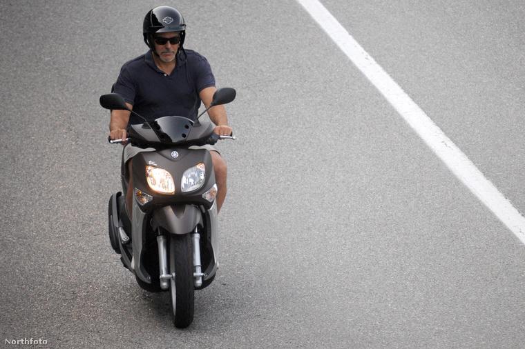 Itt George Clooney egyedül motorozgat valahol az olaszországi Comói-tó környékén.