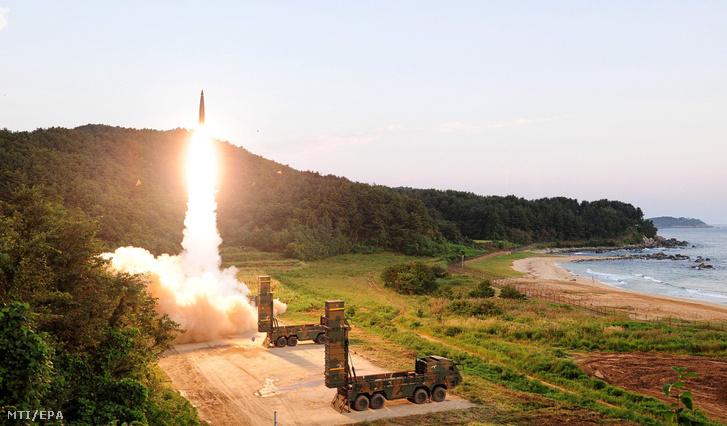 A dél-koreai védelmi minisztérium által közreadott képen egy hadgyakorlat részeként fellőnek egy Hjonmu típusú ballisztikus rakétát egy ismeretlen dél-koreai helyszínen 2017. szeptember 4-én