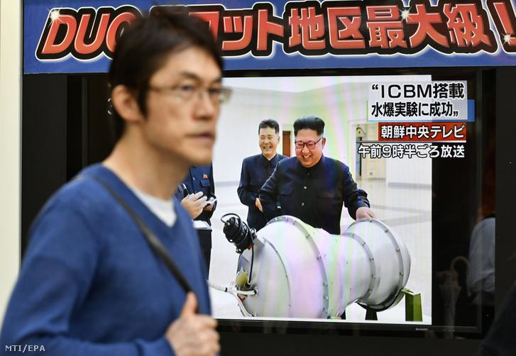 Az észak-koreai hidrogénbomba sikeres teszteléséről szóló televíziós tudósítást közvetítik egy utcai tévén Tokióban 2017. szeptember 3-án.
