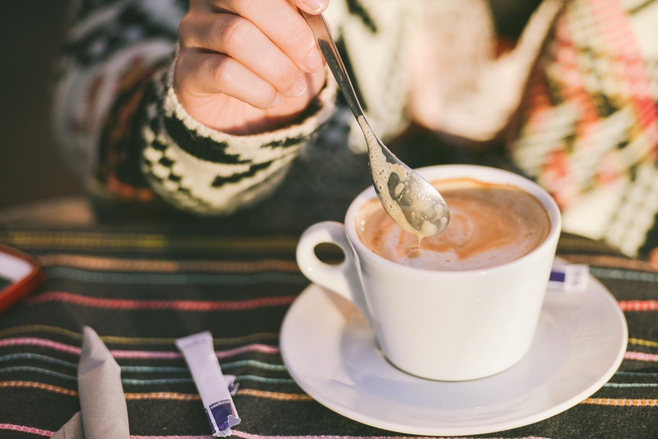 kávét iszik