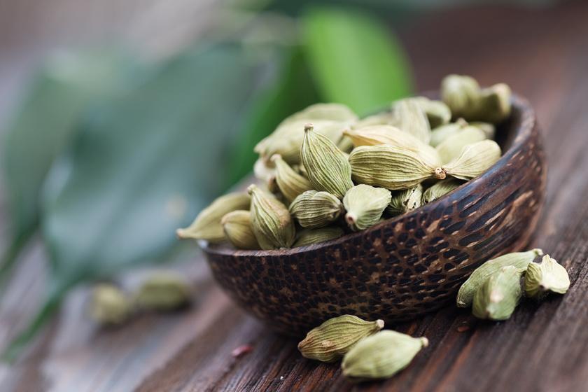 A kardamom antibakteriális hatású. Az arab országokban ezzel is ízesítik a kávét, őrölt formában fél mokkáskanálnyi elég egy nagy bögrébe. Emésztési zavarokra és gyomorbántalmakra is jó.