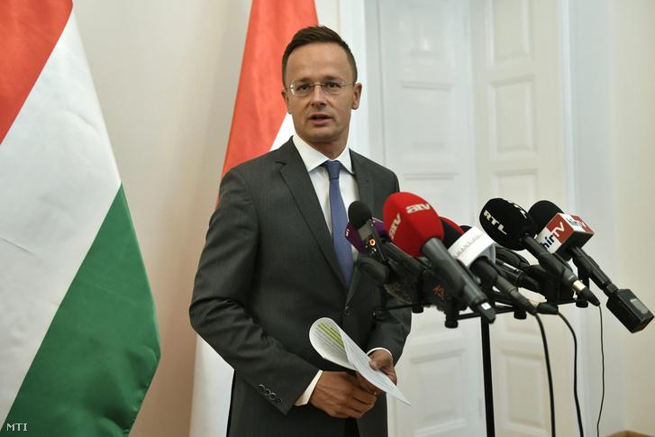 Szijjártó Péter külgazdasági és külügyminiszter sajtótájékoztatót tart hivatalában 2017. szeptember 4-én.