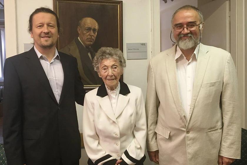 M. Tóth Géza rektor és Vonderviszt Lajos kancellár az ország legidősebb színművészével, Gyulányi Eugéniával, aki 2012-ben Örökös Diplomát kapott.