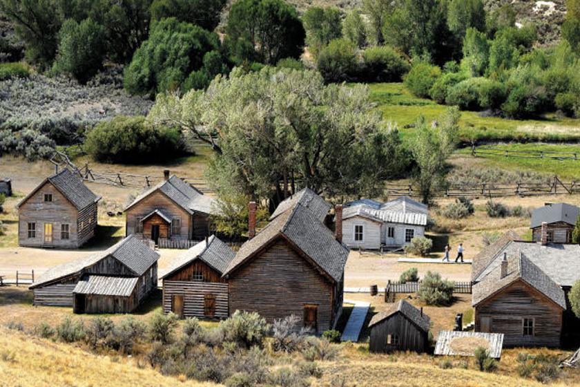 Távolról nézve egy kedves kisváros épp olyan faházikókkal, mint amilyeneket a Farm, ahol élünk című sorozatban láttunk.