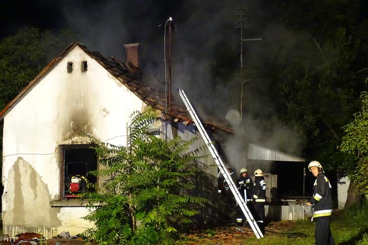 Tűzoltók egy kigyulladt használaton kívüli családi háznál Kecskeméten 2017. szeptember 5-én hajnalban