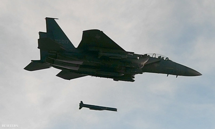 A dél-koreai légierő F-15 K típusú harci repülőgépről SLAM-ER irányított rakétát lő ki hadgyakorlat keretében 2017. szeptember 4-én