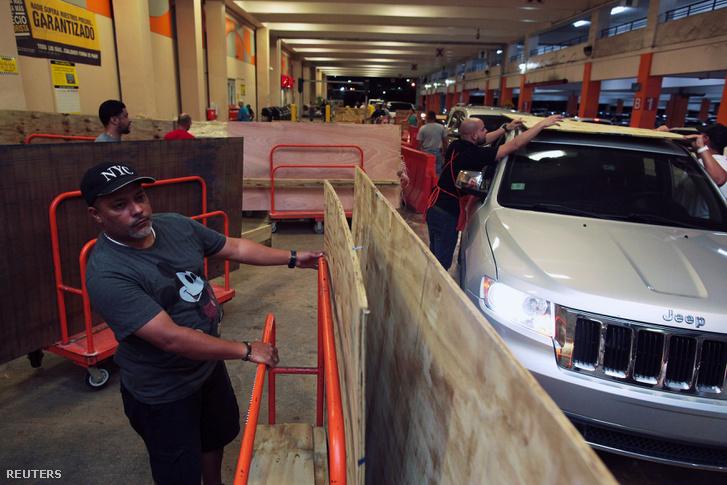 A házak megerősítéséhez vásárolnak falemezeket az emberek Bayamonban, 2017. szeptember 4-én. Miután Ricardo Rossello kormányzója szükségállapotot hirdetett Puerto Ricón, az emberek elkezdek felkészülni a közelgő hurrikánra.