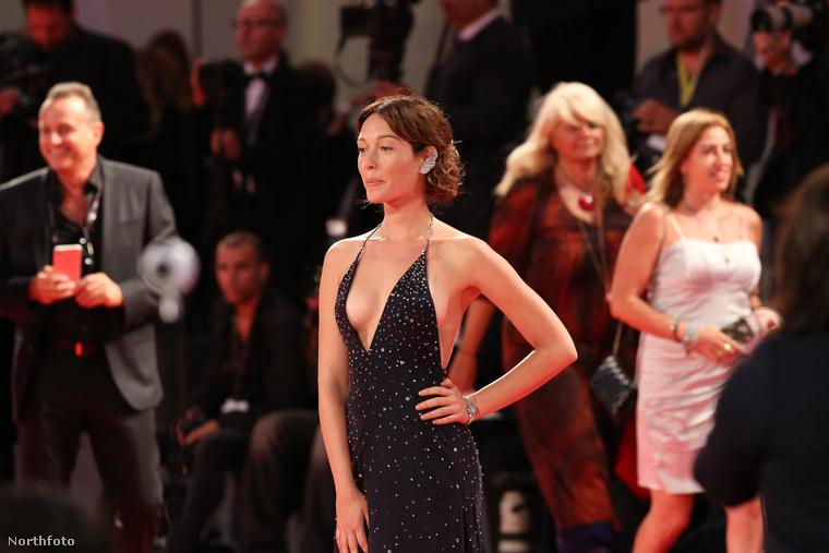 Az olasz színésznő ezt a szuperdögös, mélyen dekoltált estélyit választotta a vörös szőnyeges bevonuláshoz és szerencsétlenségére se nem ragasztotta magára a ruhát se nem viselt bimbótapaszt.