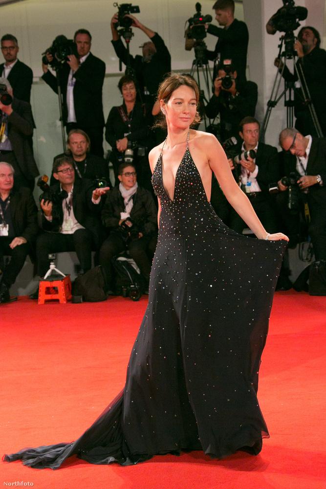 Már közel egy hete tart a Velencei Filmfesztivál, így múlt héten megcsodálhattuk Matt Damon feleségének dekoltázsát, a filmsztárnak tűnő Amal Clooneyt és Robert Redford külsejének is szenteltünk egy cikket