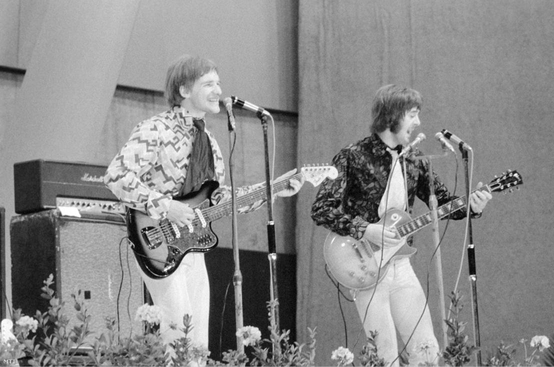 A Spencer Davis Group alapítója Spencer Davis (j) és Phil Sawyer (b) énekes-gitáros zenél a Kisstadion színpadán.