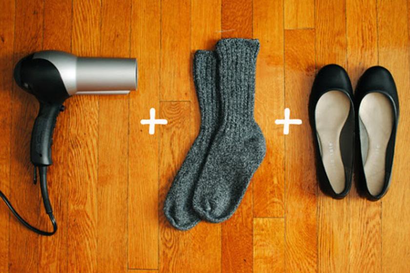 Húzz egy vastag vizes zoknit, bújj bele a cipőbe, majd fújd a lábbelit egy kicsit hajszárítóval a szorosabb részeken. Így könnyebben a lábadra formálódik és kinyúlik majd.