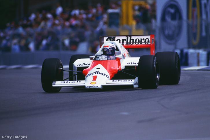 1986 világbajnoka, Alain Prost a Porsche-motorral hajtott McLarenben
