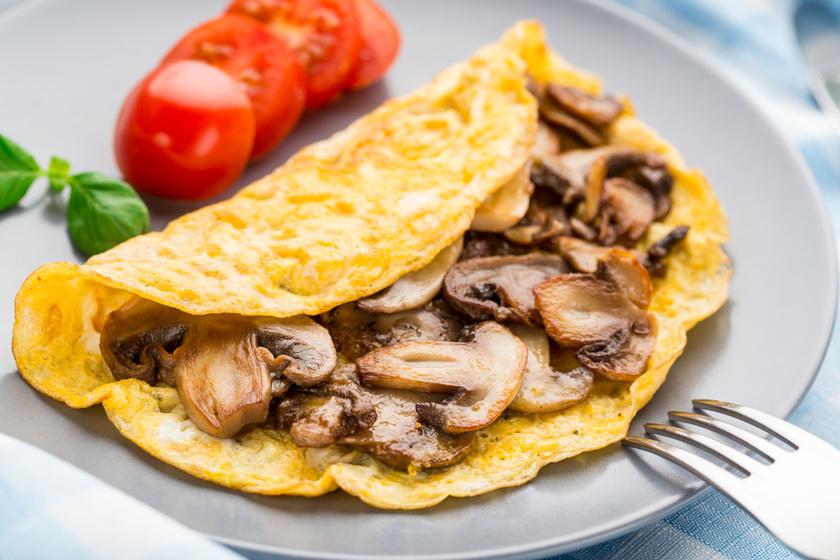 Ha unod a rántottát, próbáld ki a gombás-zöldfűszeres változatot! Remekül illik hozzá a rozmaring, de oregánóval is megszórhatod. Friss zöldséggel igazán finom.