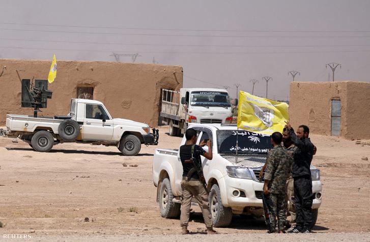 A Szíriai Demokratikus Erők kötelékében az Iszlám Állam ellen harcoló helyi milícia tagjai Deir-ez-Zór közelében 2017 augusztus 25-én.