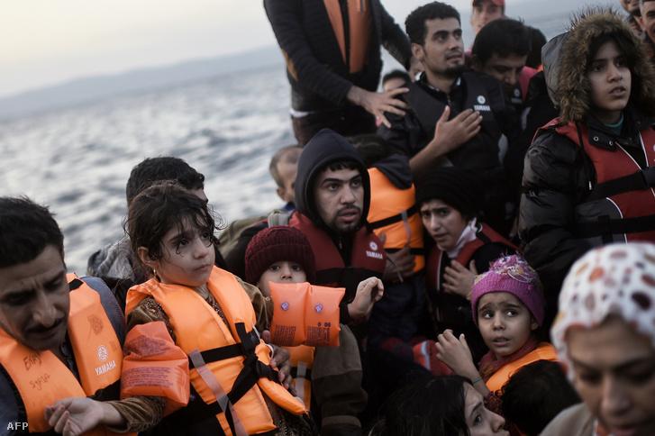 Menekültekkel teli csónak Leszbosz partjainál 2015 októberében