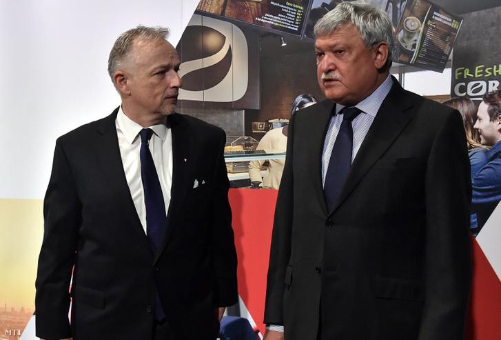 Hernádi Zsolt a Mol-csoport elnök-vezérigazgatója (b) és Csányi Sándor a Mol igazgatóságának alelnöke az OTP Bank elnök-vezérigazgatója a Mol éves rendes közgyűlésén a Budapest Music Centerben 2017. április 13-án.
