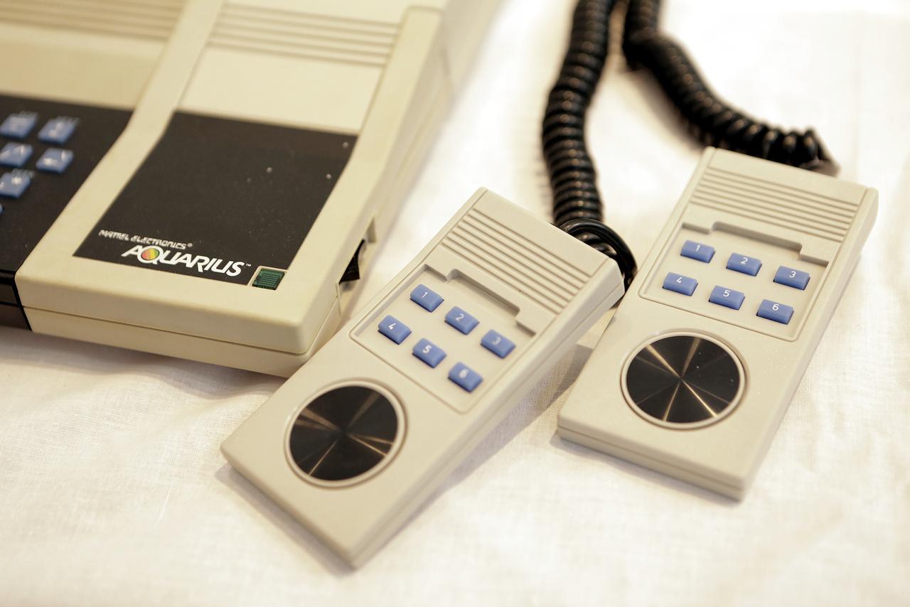 Aquarius Home Computer System két kontrollerrel (Mattel Electronics).