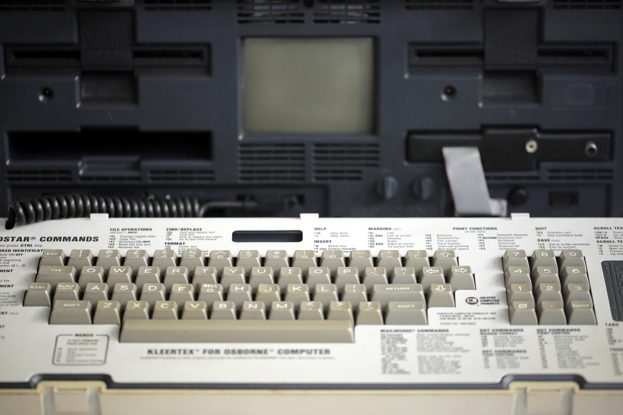 Osbrone-1 személyi számítógép 1981-ből. 64 kbyte RAM, két 5 1/4 incses floppyolvasó, 5 collos monokróm kijelző.