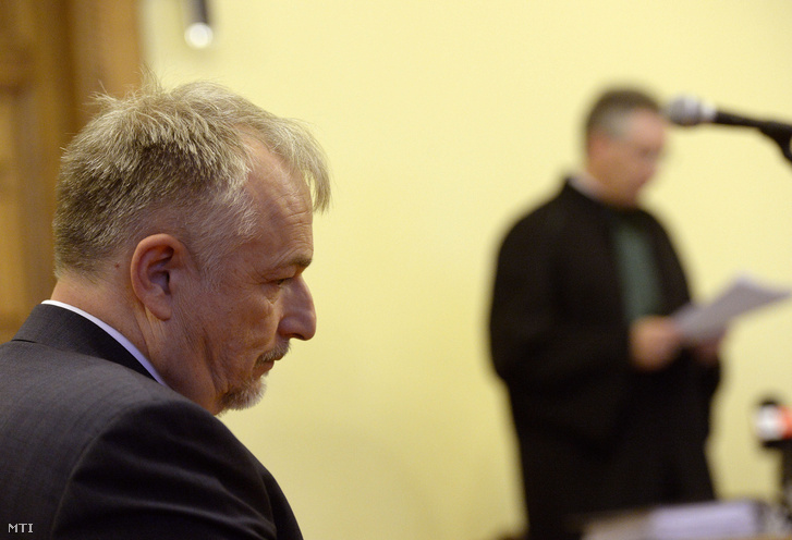 Hernádi Zsolt a Mol elnök-vezérigazgatója az ellene nemzetközi kapcsolatban elkövetett hivatali vesztegetés bűntette miatt indult pótmagánvádas eljárás tárgyalásán a Fővárosi Törvényszék tárgyalótermében 2013. december 6-án.