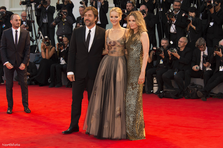 ÍME!                         Darren Aronofsky a kép bal oldalán, a film szereplő, köztük barátnője, Jennifer Lawrence pedig középen.