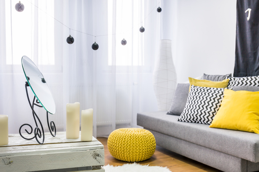 szurke-sarga-nappali-kanape