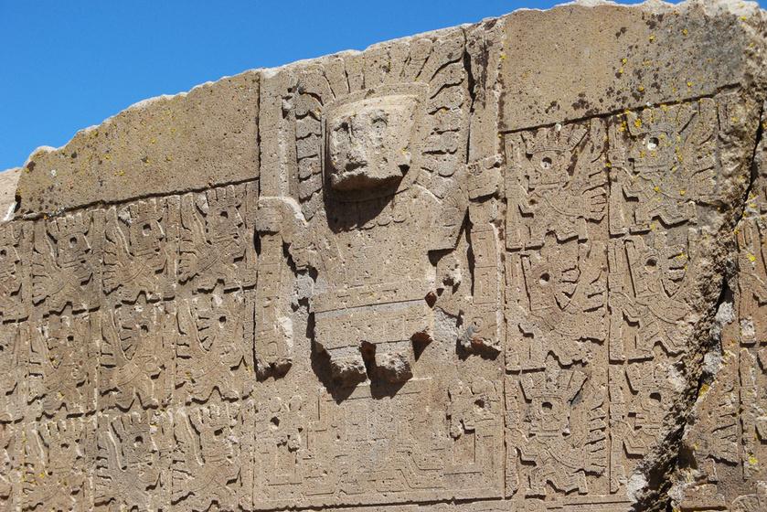 A kapu felső részén látható központi alak, körülvéve számos kisebb figurával