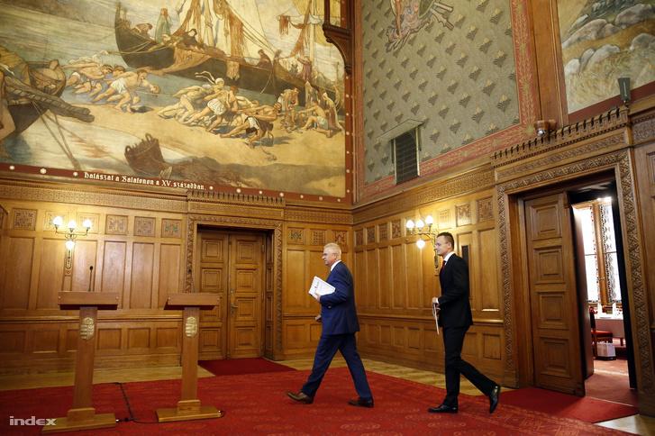 Szijjártó Péter külgazdasági és külügyminiszter (j) és Trócsányi László igazságügyi miniszter érkezik az Európai Bíróságon, a kvótaperben született döntésről tartott sajtótájékoztatójukra