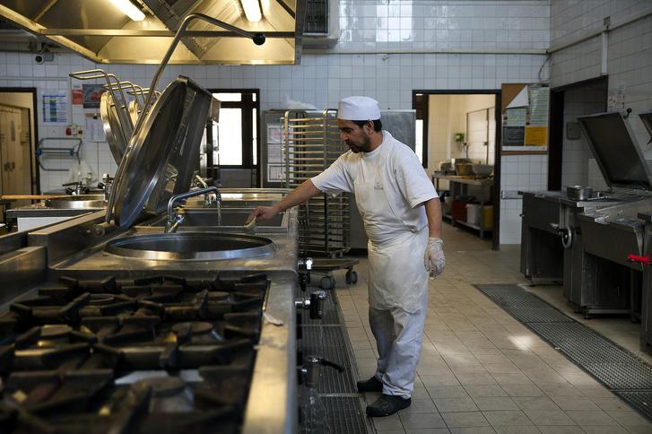 Egy budapesti kórház üzemi konyháján dolgozó menekült
