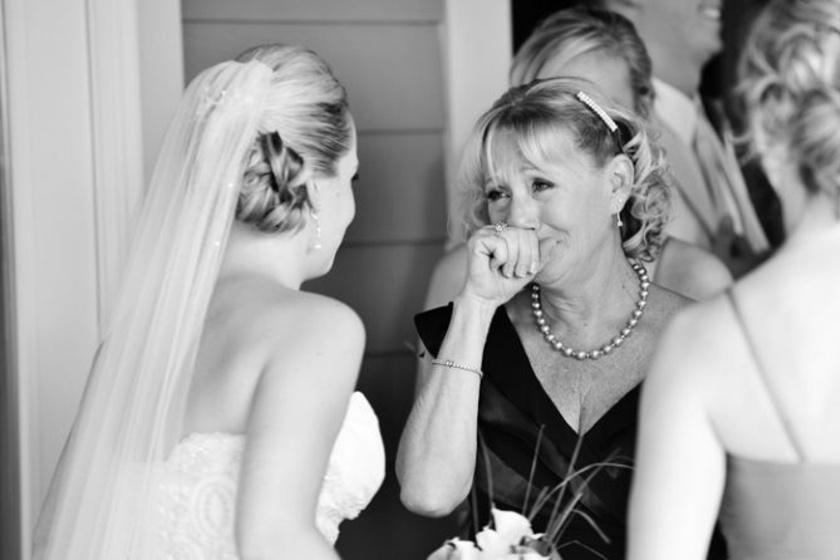Ilyen, amikor egy anya először pillantja meg a lányát menyasszonyi ruhában.