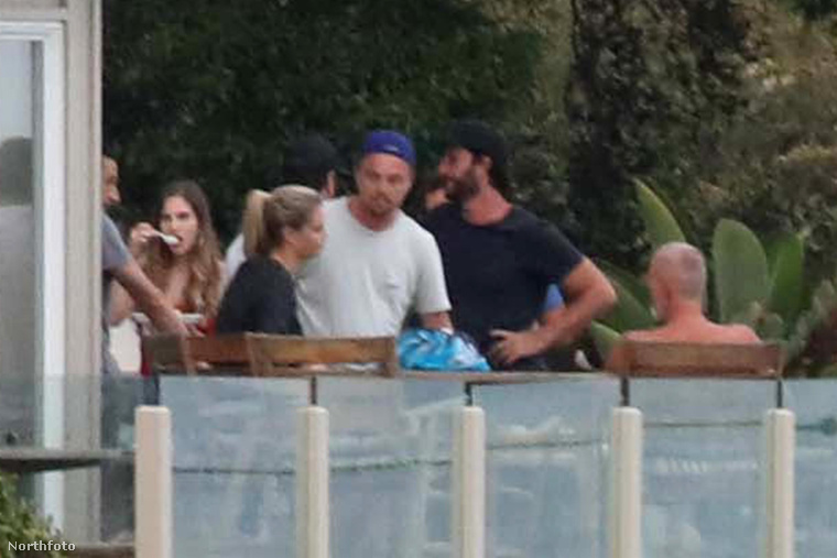 Leonardo DiCaprio továbbra is a megszokott életvitelét folytatja: szép helyeken érzi jól magát a híres barátaival, miközben nagyon csinos nők vannak körülötte