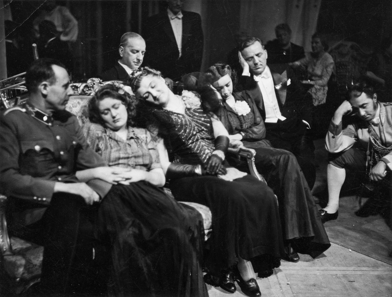 Aki járt már filmforgatáson, az tudja, hogy a világ legfárasztóbb tevékenységeinek egyike. Kevés munka, sok várakozás. Így volt ez régen is, amikor a színészek egyéb elfoglaltsága miatt többnyire éjjel dolgoztak a műtermekben. Nem csoda hát, ha 1942-ben a Házasság című Muráti-film statisztériája is kidőlt a hosszú várakozásban.