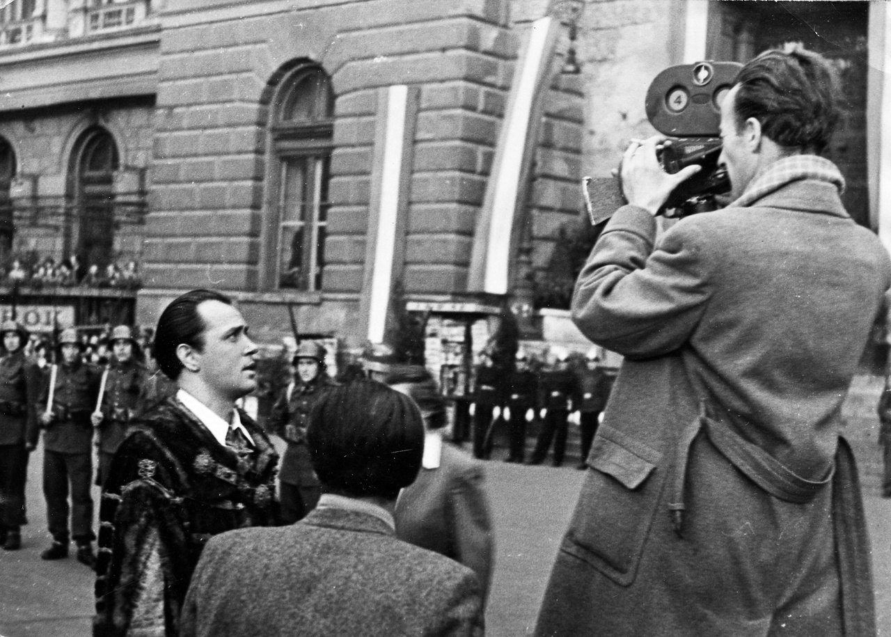 """Gertler Viktor, a filmgyár háború utáni első igazgatója rendezte a Díszmagyar című szatírát, amelynek külső felvételét készíti éppen Hegyi Barna, a korszak egyik legtehetségesebb operatőre. Az államosítás évében készült film egyik első volt azok között, melynek főcímén már ez állt: """"Magyar Filmgyártó Nemzeti Vállalat"""""""