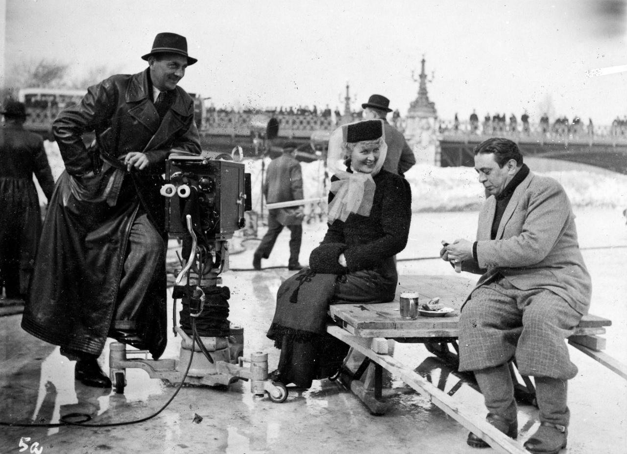 Külföldi bérmunka a városligeti Műjégen. A titokzatos grófnő című film egy jelenetére készülődnek éppen osztrák színészek, 1941 telén. Középen minden filmgyár aranyalapja, a Debrie Super Parvo kamera, amely arról volt híres, hogy egy méteren belül is lehet vele forgatni, olyan tökéletes volt a hangszigetelése. Néhány ilyen kamera volt csak az országban, és egynek az értéke egy luxuskocsiéval vetekedett. Nem volt ugyan könnyű kezelni, de olyan gyönyörűen dolgozott, hogy még a hatvanas években is sok magyar film készült ezekkel a kamerákkal.