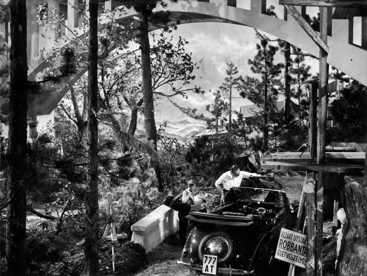 A Vincze Márton halálát okozó filmgyári díszlethíd, amelyet az ikerműteremben építettek fel. A kiszámíthatatlan időjárás és kényelmesebb körülmények miatt is jobban szerettek akkoriban műtermi felvételekben gondolkodni a producerek. Sokkal kiszámíthatóbb volt így a forgatás és olcsóbb is, mintha terepre vonult volna a stáb mázsás súlyú kamerákkal, lámpákkal.