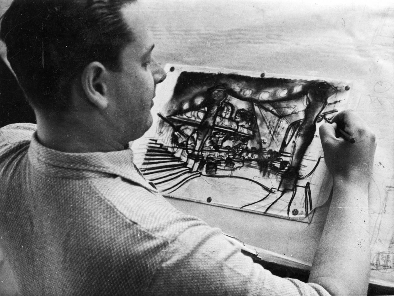 Vincze Márton a magyar filmgyártás egyik első hősi halottja. Tehetséges díszlettervezőként szinte állandóan jelen volt a magyar filmek születésénél. Nála jobban senki sem ismerte a filmgyár műtermeinek kapacitásait. Az ő rajztábláján születtek meg a harmincas évek legszebb bauhaus filmdíszletei. Halálát  filmgyári baleset okozta: 1941 januárjában rázuhant egy súlyos gerenda a saját maga tervezte díszlethídról.
