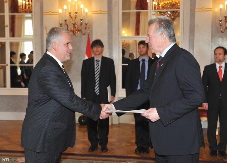 Schmitt Pál köztársasági elnök átadja a kinevezéséről szóló okiratot Csutora Zsoltnak a Magyar Köztársaság bakui nagykövetének.