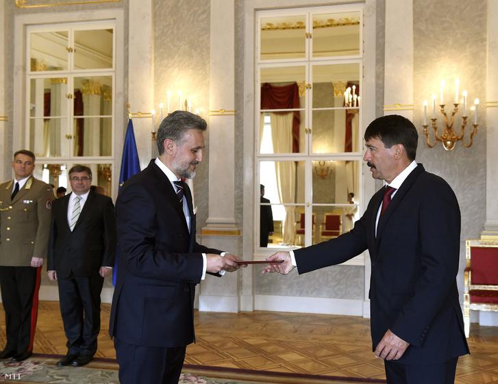 Marius Gabriel Lazurca román nagykövet átadja megbízólevelét Áder János köztársasági elnöknek (j) a Sándor-palotában 2016. szeptember 12-én.