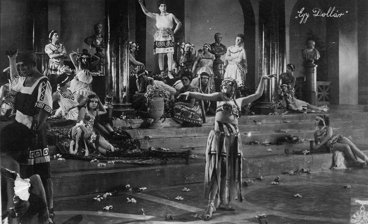 Az I. világháború után a Corvin működése hanyatlani kezdett. Korda Sándorral együtt sok tehetség hagyta el az országot. Az amerikai filmek dömpingje miatt a magyar filmek egyre inkább háttérbe szorultak, évről-évre kevesebb film forgott a Corvin műtermében. 1922-ben átmenetileg be is szüntették a játékfilmkészítést, s a műteremben két esztendeig csend honolt. 1924-ben modernizálták és átszervezték a gyárat, Münchenből Budapestre hozatták Uwe Jens Kraft német filmrendezőt, aki Jókai Az egyhuszasos lány című novelláját vitte filmre Egy dollár címmel. A produkció nagy sikert aratott, Olaszországba eladott, egyetlen fennmaradt kópiáját az utóbbi években találták meg.