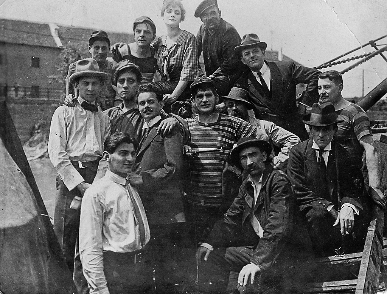 Valahol itt kezdődik a filmgyár története ennél a 100 éves fényképnél. 1917 tavaszán Karinthy Frigyes forgatókönyve alapján vitték filmre Babits Mihály regényét, a Gólyakalifát, amelyet a gyárigazgató, Korda Sándor rendezett. Ő áll a balszélen fehér kalapban, mellette a főszereplő, a szintén világhírű Beregi Oszkár. Mellette fekete zakóban az operatőr, Kovács Gusztáv, akinek ausztráliai hagyatékából mostanában került elő ez a sosem látott értékes stábfotó.