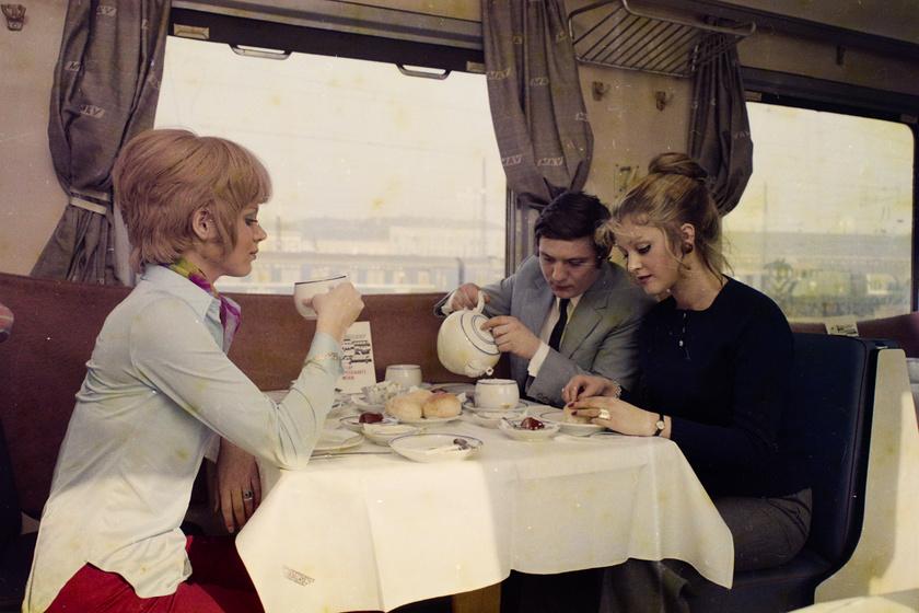 Tényleg kár érte: igazi terülj-terülj asztalkám volt a reggeli vonaton a kép elkészültekor, 1971-ben.