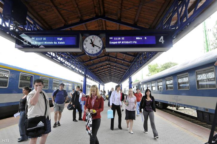 Utasok a ceglédi vasútállomás peronján 2008 június 5-én.