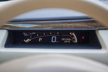 Nem tetszik, hogy mostanában kihalófélben vannak a hagyományos mutatós sebességmérők, de itt elképzelni se tudnék mást.