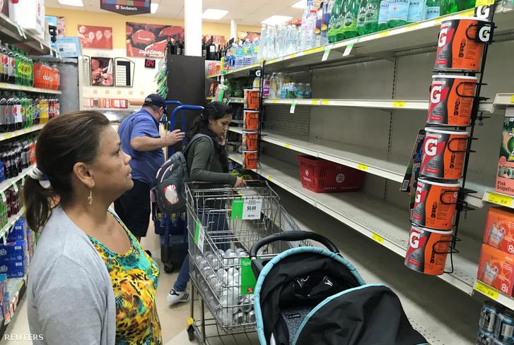 Miami egyik bevásárlóközpontjában már üresek polcok. Az emberek készülnek a viharra, élelmiszert vizet tartalékolnak.