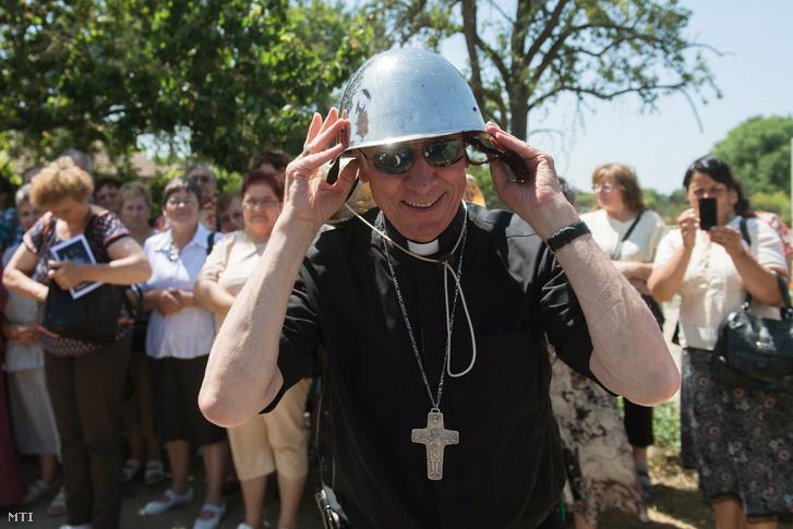 Beer Miklós váci megyés püspök felpróbál egy bukósisakot Csévharaszton a Váci Egyházmegyei Találkozón 2017. június 24-én.