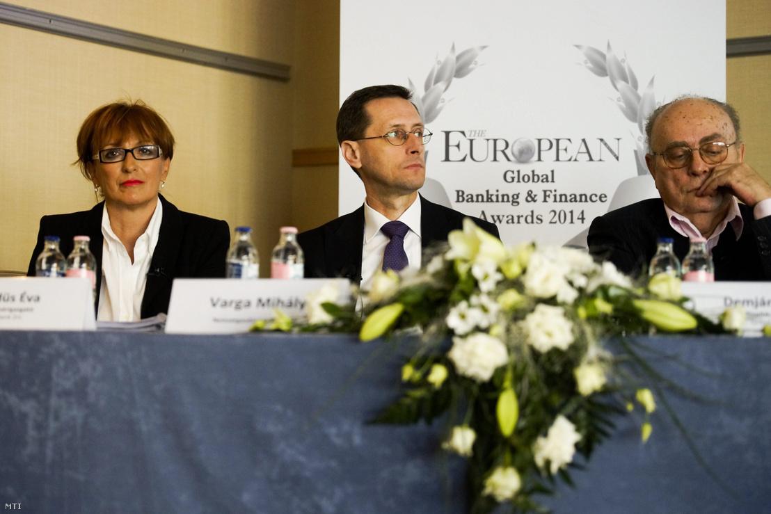 Hegedűs Éva a Gránit Bank alelnök-vezérigazgatója, Varga Mihály nemzetgazdasági miniszter és Demján Sándor a bank alapító tulajdonosa a Vállalkozók és Munkáltatók Országos Szövetségének (VOSZ) ügyvezető elnöke a Gránit Bank Zrt. évértékelő sajtótájékoztatóján a Hilton Budapest WestEnd szállodában 2015. április 9-én. A pénzintézet nyereséggel zárta 2014-et fennállása negyedik teljes üzleti évét.