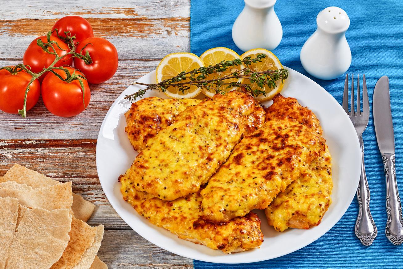 Szaftos sajtos-tejfölös karaj a sütőből: a hús puha és omlós lesz