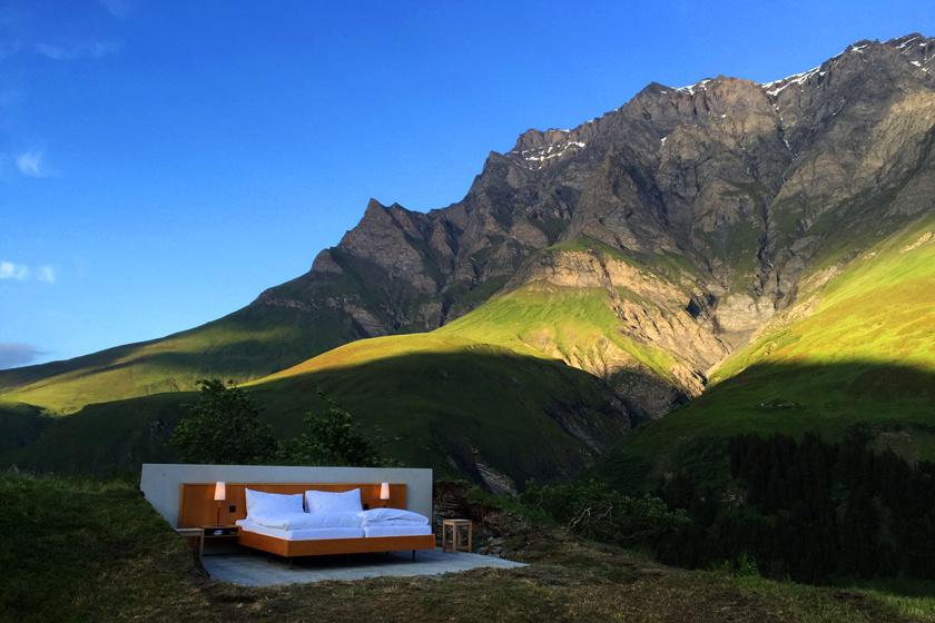 2017-ben a Null Stern Hotel Svájcban, Appenzell idilli régiójában kapott helyett egy Göbsi nevű 1200 méteres magaslat csúcsán. A legközelebbi falu, Gonten 2,3 kilométerre van.