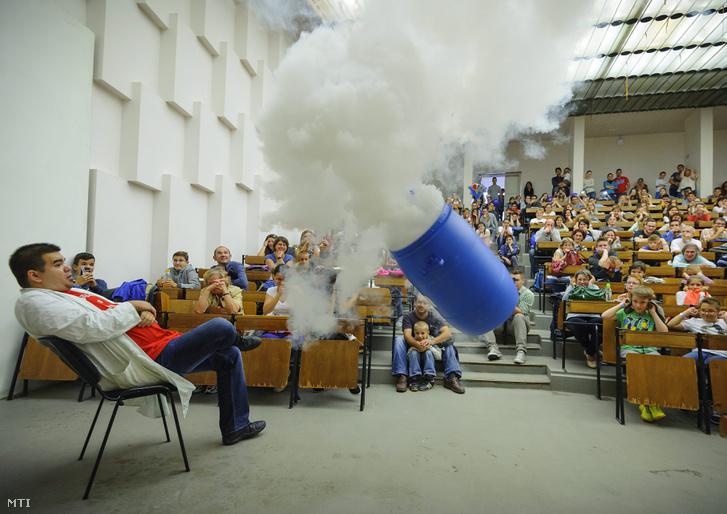 Kémiai kísérlet bemutatója a Kutatók éjszakáján a Debreceni Egyetemen